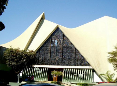 Sobre la loma, la Iglesia del Santuario de Guadalupe
